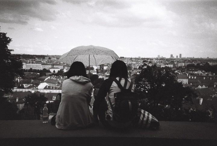 Příběh fotografie – Dvě dívky a výhled na Prahu