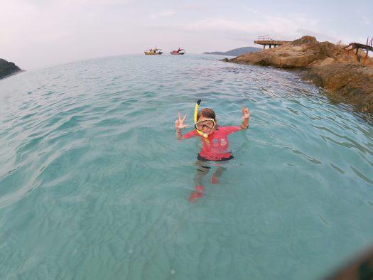 Nina fait du snorkeling aux îles Perhentian, Malaisie