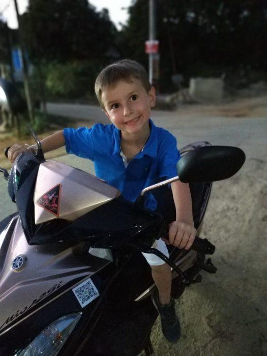 Oscar en scooter à Koh Phayam, Thaïlande