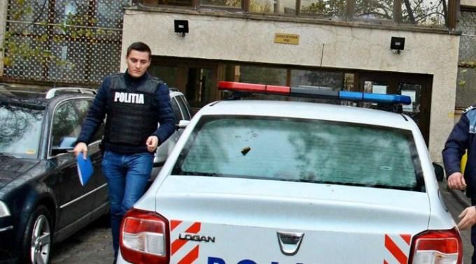 """Polițistul Zilei. Un individ a provocat un scandal-monstru sâmbătă noapte. Acesta, în jurul orei 22:00, se plimba prin oraș la volanul unui autoturism marca BMW, în timp ce se afla sub influența băuturilor alcoolice. A trecut pe culoarea roșie a semaforului și a încercat să vireze la dreapta, însă mașina a scăpat de sub control și s-a izbit într-un alt autoturism. Instantaneu ..."""" 1"""