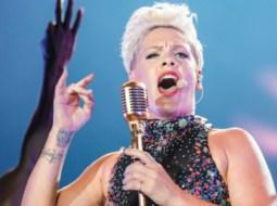 """Cântăreața Pink, infectată cu coronavirus, s-a autoizolat în Los Angeles: """"Este o boală foarte gravă și reală...O parodie absolută, un eşec al Guvernului nostru să nu facă testarea mult mai accesibilă"""" 4"""
