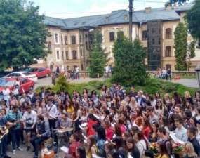 (Video) Unic în România! SERENADELE Așa își iau adio studenții de la o facultate mare din țară 10