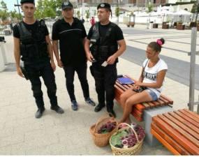 """ALERTĂ în România! 3 polițiști înarmați ca să amendeze o vânzătoare de zmeură! """"De ce nu se duc la Parlament sau in alte parti unde se fura la greu?"""" 7"""