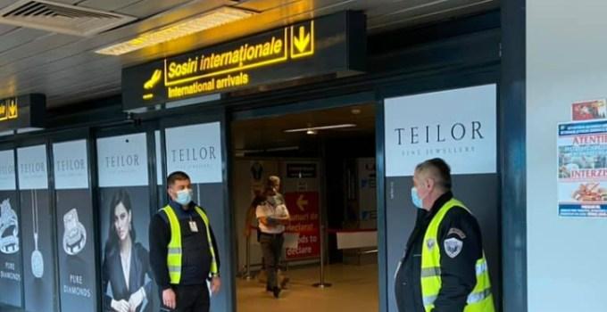 """Coronavirus. Vitalie Cojocari: """"Cum știi că nu mai e de glumă?  Sunt pe aeroport, port mască, la fel și alți jurnaliști. Mască poartă și angajații aeroportului, dar și pasagerii sau cei care îi așteaptă.  De ce am venit pe aeroport? Pentru că ..."""" 1"""