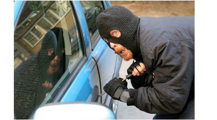 """Români în vacanță rămăși fără mașină în Bulgaria. Le-a fost furată din parcarea hotelului. """"Au venit trei băieţi cu şapca pe cap, cu veste reflectorizante"""" 1"""