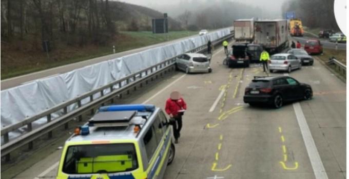 """Şofer român de TIR, implicat într-un grav accident cu 12 maşini în Germania. """"Timpul de reacţie a fost zero, nici nu a ştiut ce s-a întâmplat"""" 13"""