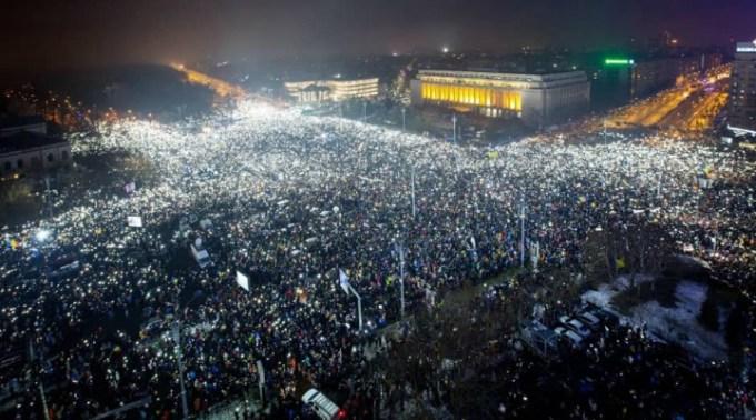 """Andrei Caramitru: """"Meritul pentru schimbarea guvernului nu e al lui Iohannis sau al partidelor politice. Nu. Efortul a fost făcut de sutele de mii de oameni care au ieșit la proteste și milioanele care au votat pe 26 Mai.  Asta a dus la șocul total asupra sistemului și ..."""" 1"""