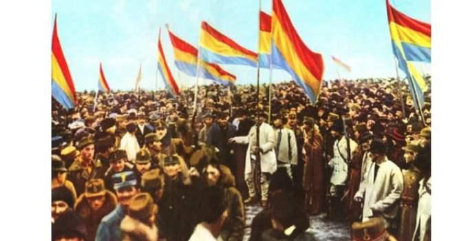 """România la Centenar. Cristian Aluculesi: """"Fetița unui prieten îmi povestea cum au sărbătorit Centenarul. Au iesit în curtea școlii și au cântat până au răgușit """"Tu Ardeal"""". La 100 de ani de la Marea Unire, când lumea s-a schimbat în jurul nostru, când ar trebui să privim cu ochi lucizi în urmă pentru a înțelege prezentul, noi defilăm in fața tuturor cu ultranaționalismul nostru militant și glorificarea războiului, prezentându-ne ca mentalitate și structură, fix ca acum 100 de ani.  Poporul român este cel mai ..."""" 5"""