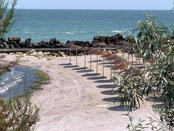 """De ce a dispărut plaja din România?! Lucian Mindruta: """"Azi, plaja Marii Negre nu mai exista. Pe kilometri intregi. In locul ei e o padure de bete si-o plantatie de plastice in cele mai diverse forme. Totul, construit intr-un singur scop"""": 1"""