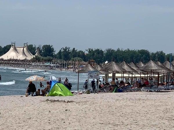 """De ce a dispărut plaja din România?! Lucian Mindruta: """"Azi, plaja Marii Negre nu mai exista. Pe kilometri intregi. In locul ei e o padure de bete si-o plantatie de plastice in cele mai diverse forme. Totul, construit intr-un singur scop"""": 2"""