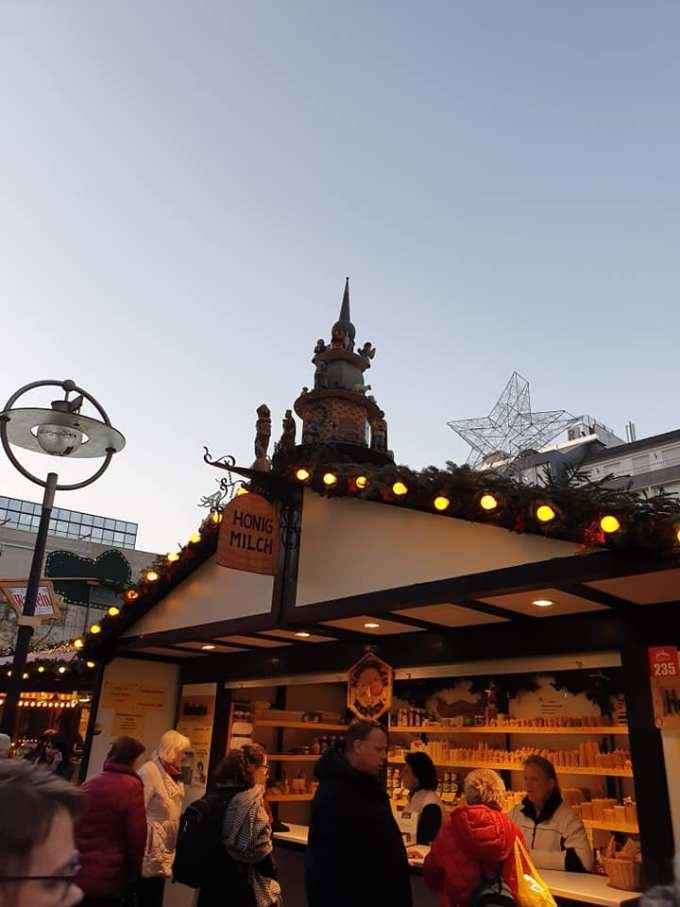 """(Foto) Mai frumos la Târgurile de Crăciun din Cluj, Brașov, Sibiu sau București? Tamara: """"Dortmund se lauda cu cel mai înalt pom de Crăciun din lume: 45 m. Atmosfera este una relaxata, toți se amuza, cu mic, cu mare, lipsiți parca de griji, bucuroși sa-l vadă pe Mos Crăciun ( aici, Nicholas) !"""" 3"""