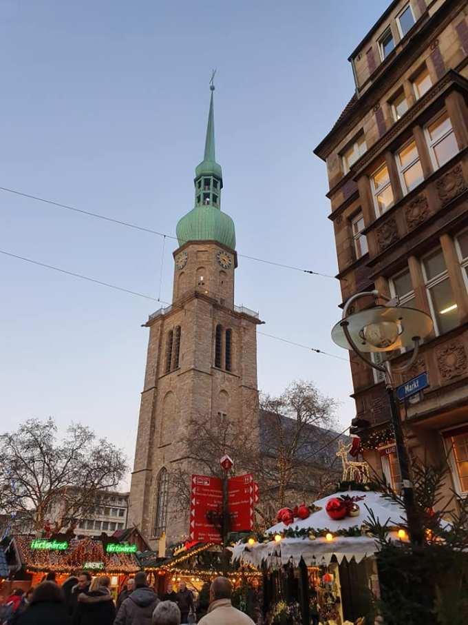 """(Foto) Mai frumos la Târgurile de Crăciun din Cluj, Brașov, Sibiu sau București? Tamara: """"Dortmund se lauda cu cel mai înalt pom de Crăciun din lume: 45 m. Atmosfera este una relaxata, toți se amuza, cu mic, cu mare, lipsiți parca de griji, bucuroși sa-l vadă pe Mos Crăciun ( aici, Nicholas) !"""" 6"""