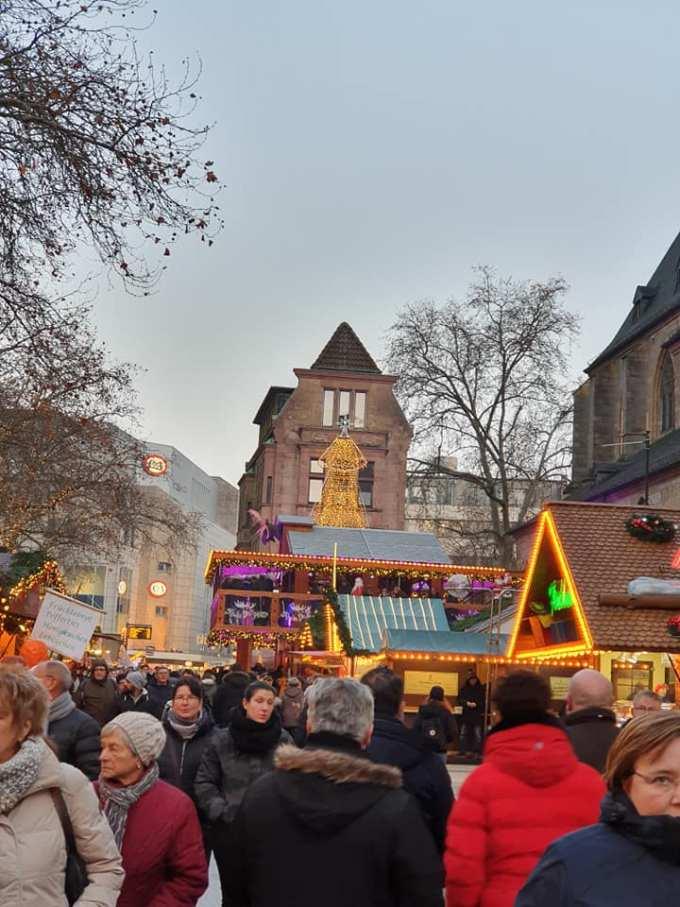 """(Foto) Mai frumos la Târgurile de Crăciun din Cluj, Brașov, Sibiu sau București? Tamara: """"Dortmund se lauda cu cel mai înalt pom de Crăciun din lume: 45 m. Atmosfera este una relaxata, toți se amuza, cu mic, cu mare, lipsiți parca de griji, bucuroși sa-l vadă pe Mos Crăciun ( aici, Nicholas) !"""" 7"""