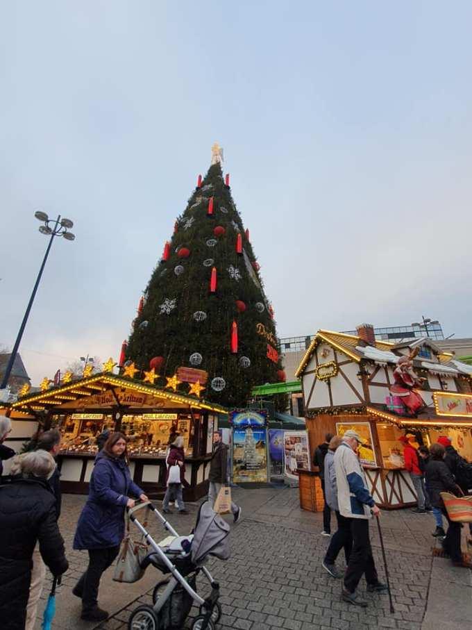 """(Foto) Mai frumos la Târgurile de Crăciun din Cluj, Brașov, Sibiu sau București? Tamara: """"Dortmund se lauda cu cel mai înalt pom de Crăciun din lume: 45 m. Atmosfera este una relaxata, toți se amuza, cu mic, cu mare, lipsiți parca de griji, bucuroși sa-l vadă pe Mos Crăciun ( aici, Nicholas) !"""" 8"""