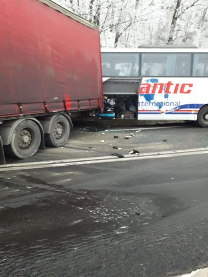 (Foto) Un șofer inconștient de TIR a lovit un autocar cu 40 de pasageri și o mașină, pe DN7 1