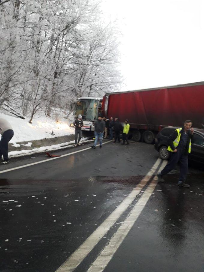 (Foto) Un șofer inconștient de TIR a lovit un autocar cu 40 de pasageri și o mașină, pe DN7 2
