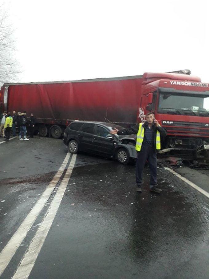 (Foto) Un șofer inconștient de TIR a lovit un autocar cu 40 de pasageri și o mașină, pe DN7 3