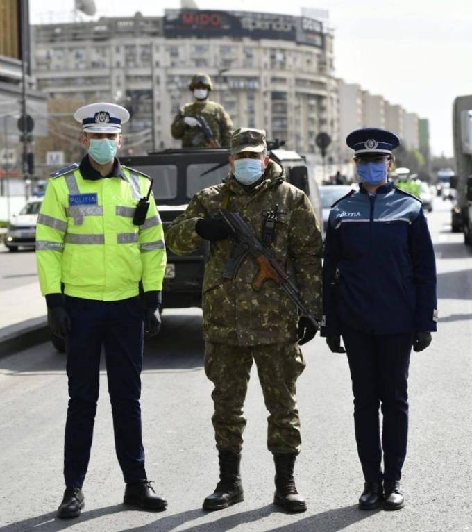 """C. T. Popescu: """"Blindate pe străzi și soldați cu automatul de gât, ca să ce? Ca să împuște coronavirușii care invadează cadrele medicale și spitalele lipsite de apărare, călărind pe manageri idioți și iresponsabili?"""" 1"""
