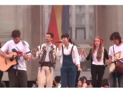 """(Video) O chinezoaica interpreteaza IMPECABIL """"Canta cucul bate-l vina, de rasuna-n Bucovina"""" 33"""