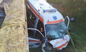O ambulanță care transporta un pacient infectat cu coronavirus a căzut de pe un pod pe DN67 43