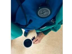 """Codrin, anestezist în Germania: """"Mă apropii vertiginos de 100 de ore petrecute în spital săptămâna aceasta. Patru gărzi. Linia 1, singurul anestezist din spital.Îmi iau cafeaua dinainte de culcare, închid cărțile și merg să-mi mai revăd pentru a nu știu câta oară astăzi pacienții. E liniște. Sun jos în urgențe să văd dacă nu avem ceva posibil de operat.Când sunt obosit ..."""" 60"""