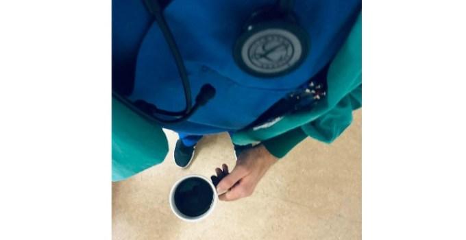 """Codrin, anestezist în Germania: """"Mă apropii vertiginos de 100 de ore petrecute în spital săptămâna aceasta. Patru gărzi. Linia 1, singurul anestezist din spital.Îmi iau cafeaua dinainte de culcare, închid cărțile și merg să-mi mai revăd pentru a nu știu câta oară astăzi pacienții. E liniște. Sun jos în urgențe să văd dacă nu avem ceva posibil de operat.Când sunt obosit ..."""" 7"""