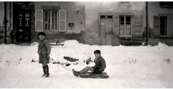 """Mihai ȘORA:  """"Dragi prieteni, 1. până la 13 ani, nu am purtat decât pantaloni scurți; 2. toți copiii aveau bunici care tricotau ciorapi de lână;  3. între timp ..."""" 13"""