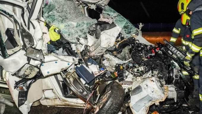 Şofer român de TIR, în Austria, izbit violent de o dubiţă care avea 100 km/h. Românul îngrozit când a coborât din cabină şi a văzut cum arată duba care l-a lovit, din spate 3