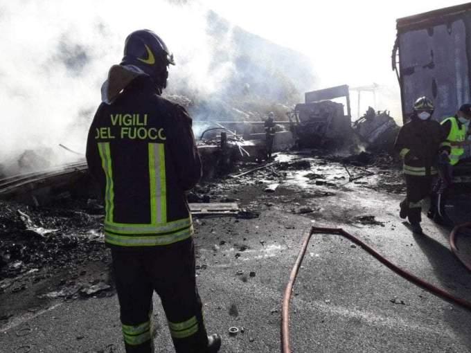 (Foto) Şofer român de TIR salvat din cabina în flăcări, în Italia. Un alt român e rănit, 3 camioane distruse 4
