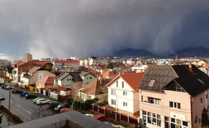 (Foto/Video) Furtuna Ciara a lovit și în România. Acoperișuri smulse la Baia Mare și Suceava 3