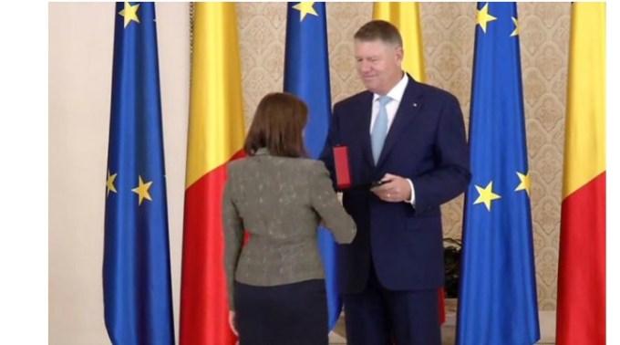 """Iohannis a trecut de partea PSD, pas cu pas? Andrei Caramitru: """"Iohannis a decorat-o pe o duduie care dădea contracte lui Cumpănasu. Bravo ei! Patrioată! Guvernul l-a numit secretar de stat pe un om al lui Bădălau, din PSD omul, fost secretar de stat din timpul PSD. Bravo lui! Un brav profesionist patriot! Iohannis i-a ..."""" 1"""