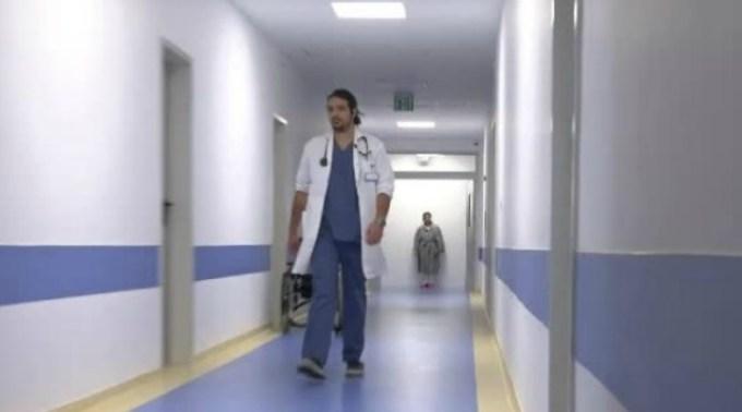 """Un tânăr medic din România ajută gratuit oamenii bolnavi din zonele defavorizate. """"E ca un spirit protector"""" 1"""