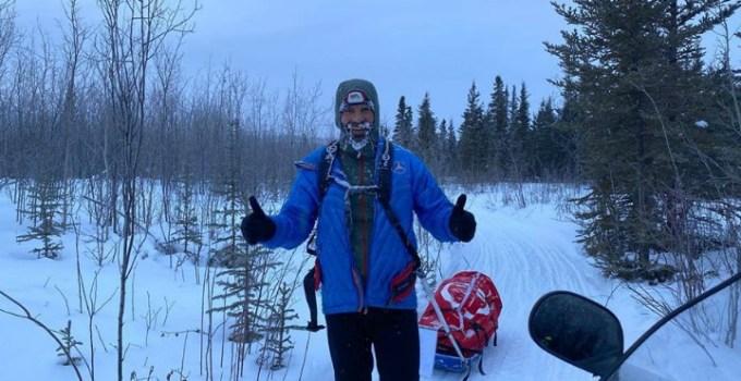 """Tibi Useriu mai are 100 de km din Cursa de la Cercul Polar. Este un miracol că mai are energie, nu poate mânca. TASULEASA SOCIAL: """"A luat pe el combinezonul în care intră complet, peste combinezon a luat geaca de puf cea mare de expediție, și s-a băgat așa în sacul de dormit care rezistă și la -40 grade, și totuși a înghețat de frig. E clar că ..."""" 5"""