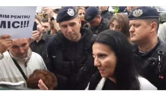 """(Video) Ce curaj! Ministrul Sănătății direct în mijlocul protestatarilor, nu s-a ascuns ca Viorica. Lucian Mindruta: """"La Targu Mures, doamna ministru al sanatatii a avut curajul sa treaca de cordonul de jandarmi si sa mearga sa vorbeasca cu lumea.Mi se pare ca trebuie felicitata. Si oamenii la fel, ca i-au spus ..."""" 2"""