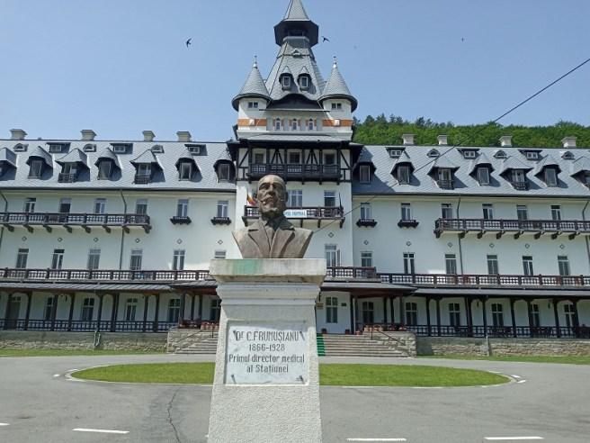 Bustul Doctorului Constantin Frumușianu, primul director medical al staţiunii Călimănești, asezat în faţa Hotelului Central