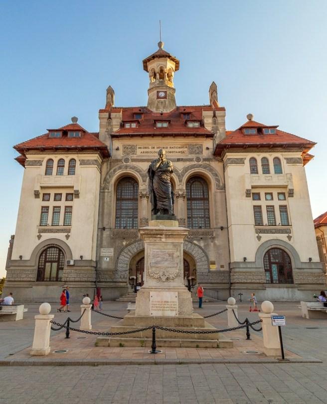 Statuia poetului Ovidiu, amplasată în Piaţa Ovidiu, în faţa Muzeului de Istorie Naţională (municipiul Constanța, jud. Constanța)