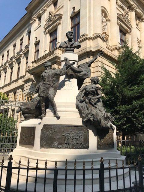 Monumentul lui Eugeniu Carada (reconstituit), amplasat lângă Banca Națională a României (București)