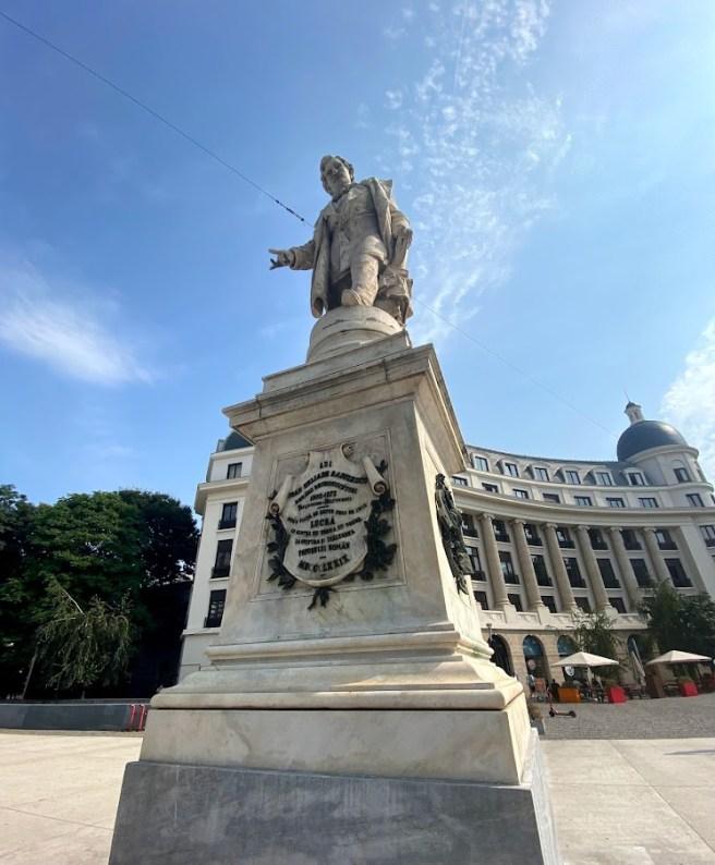 Statuia lui Ion Heliade Rădulescu din Piața Universității (București)