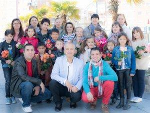 Madrid: De ziua mamei copiii români au împărţit flori mamelor românce şi spaniole din oraşul Coslada