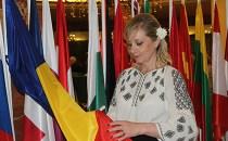 Costumele populare româneşti prezentate de soţia şi fiica ambasadorului României la Madrid pe pasarela de la Diplomatic Cultural Show
