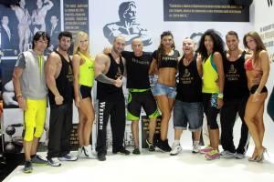 Nicolae Florin Lupşor, alături de alţi atleţi ai echipei Weider