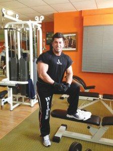 Nicolae Florin Lupşor, la sala de sport, promovând compania Wieder
