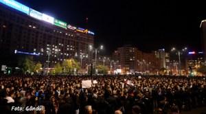 Peste 25.000 de români au ieşit în stradă pentru a cere demisia Guvernului şi a primarului sectorului 4 din capitala României