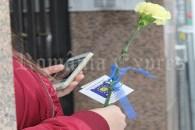 De Ziua Femeii reprezentanţii PNL Arganda del Rey şi ai Asociaţiei Tuturor Românilor din Arganda del Rey au oferit doamnelor şi domnişoarelor câte o garoafă galbenă