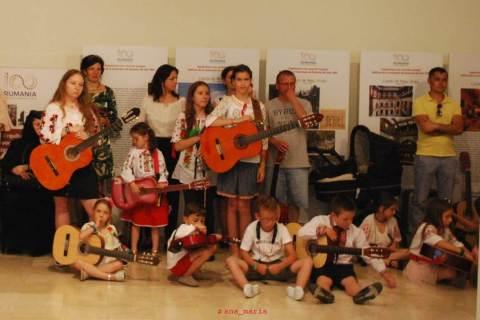 Solista Elena Ninerica şi grupul DO RE MI