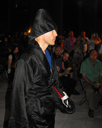 Emil Pop, în mijlocul mulţimii, înainte de intrarea în ring