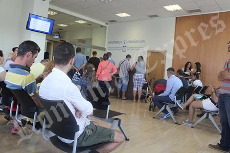 Oameni aşteptând la Consulatul României de la Madrid
