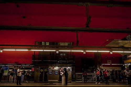 fotógrafo de bodas Román Larrodé-novios en el Metro