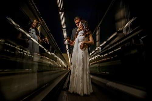 Novios Metro Madrid-fotógrafo de bodas originales
