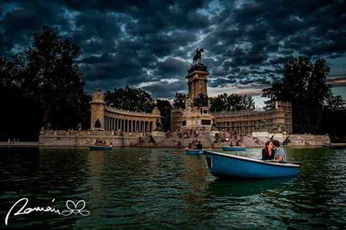 Novios en barca_paseo romántico